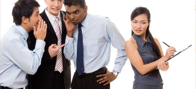 Плетут интриги на работе: как пресечь сплетни в коллективе и защитить себя