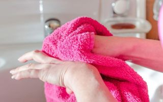 Надо тщательно вытирать руки от размножения бактерий и появления микротрещин на руках