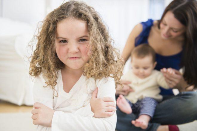 Ребенок ревнует к новорожденному