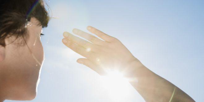 смотрит на солнце