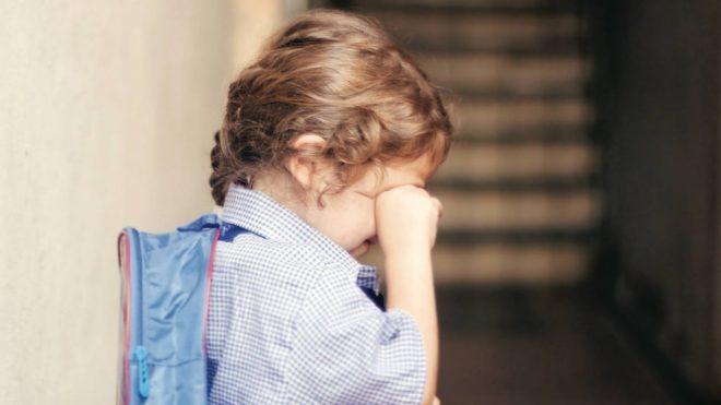 ребенок плачет в школе