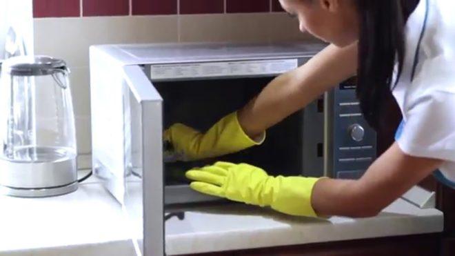 Как очистить микроволновку с помощью лимонной кислоты