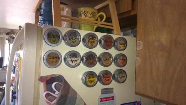 специи на холодильнике на магнитах